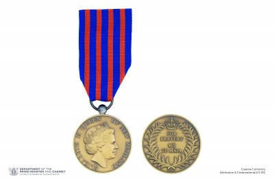 Composite of obverse and reverse of the New Zealand Bravery Medal on ribbon