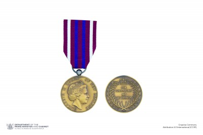 Composite of obverse and reverse of the New Zealand Gallantry Medal on ribbon